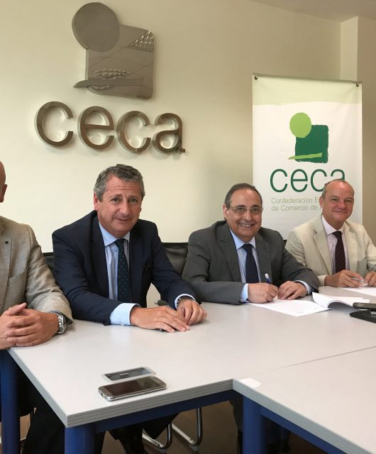 Foto de familia de la firma del convenio entre la CECA y Dopp Consultores.
