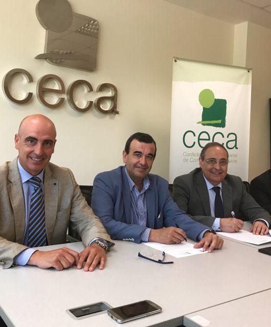 Foto de familia de la firma del convenio entre la empresa ATA y la CECA.